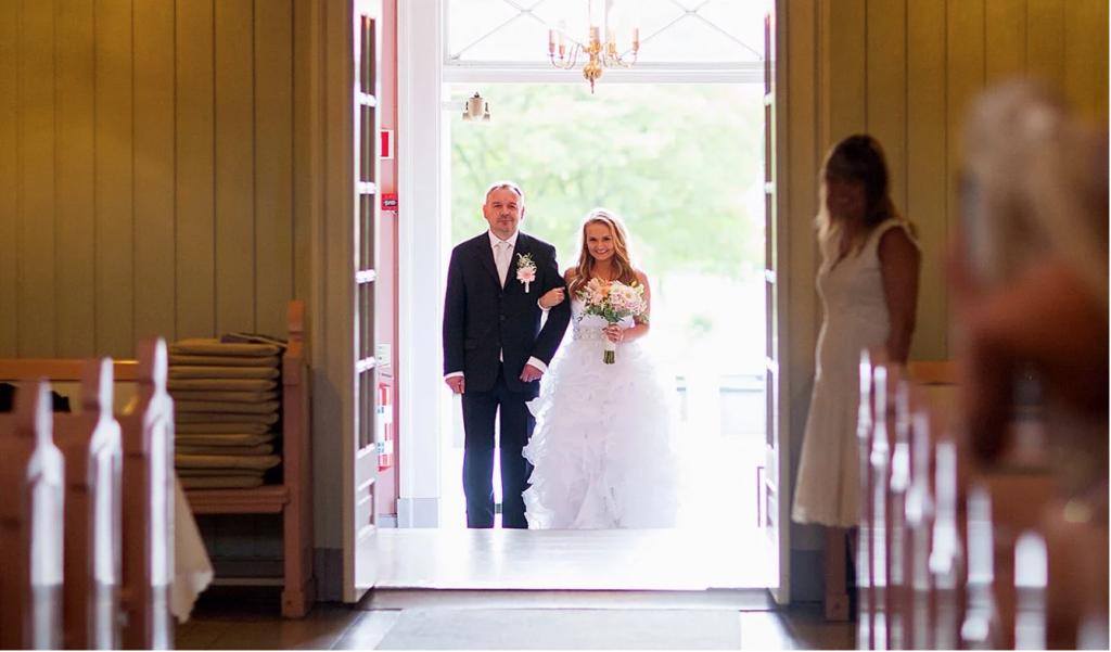 brud brudens far kirke kirkebryllup kirkegulv følge opp